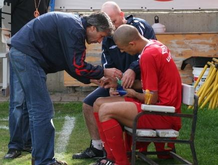 דגלאס דה סילבה לאחר שנפצע (רועי גלדסטון) (צילום: מערכת ONE)