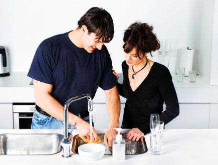 גבר ואישה שוטפים ביחד כלים (צילום: Klubovy, Istock)