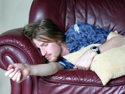 ישן על הספה (צילום: Mary Gascho, Istock)
