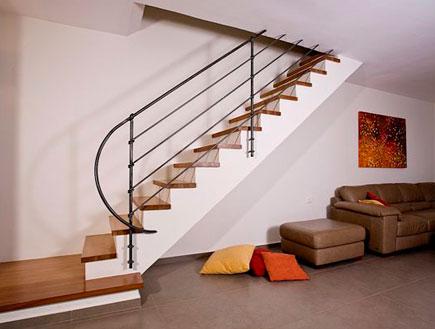מדרגות אחרי שיפוץ - אריאל גור (צילום: בני אדם)