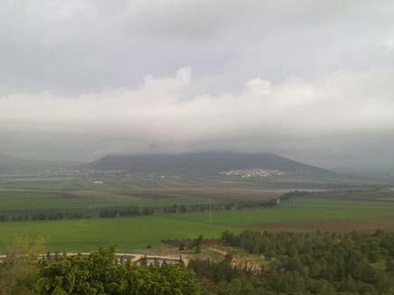 הר תבור מעונן וגשום (צילום: אורן אלקבץ)