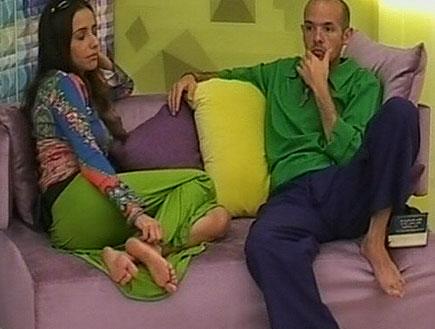 תמרה חיימוב וגואל פינטו יושבים על הספה