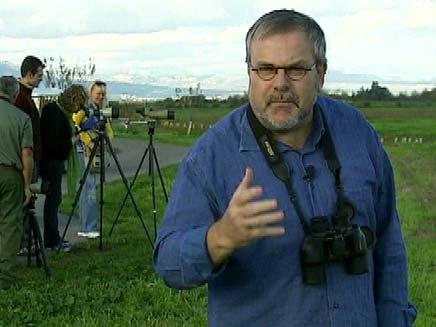 מנחם הורוביץ מתצפת על ציפורים (צילום: חדשות 2)