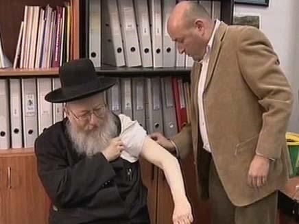 ליצמן מתחסן נגד שפעת החזירים (צילום: חדשות 2)