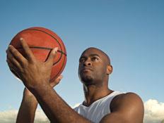 שחקן כדורסל שחור (צילום: istockphoto)