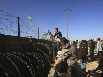 """350 עצירים מסרבים לשוב לכלא; שב""""ס תגבר כוחות (צילום: AP)"""