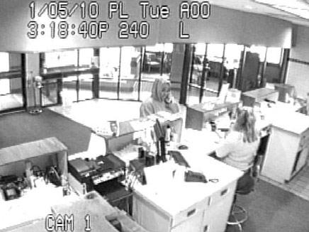 2 ילדות שדדו בנק באוהיו (צילום: מצלמת אבטחה משטרת אוהיו)