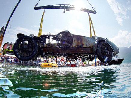 מכונית בוגאטי עתיקה שנמשתה מהנהר (צילום: חדשות 2)