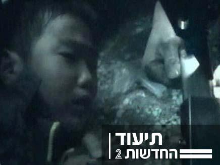 ילד סיני שנתקע במדרגות הנעות (צילום: חדשות 2)