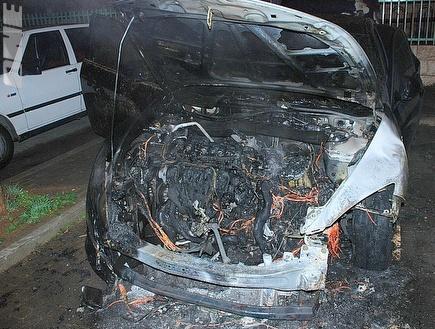 המכונית השרופה של חן עזריאל (צילום: מערכת ONE)