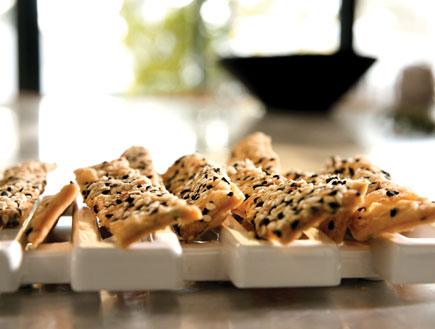 קרקרים מלבנים (צילום: דניה ויינר, על השולחן)