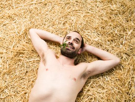 גבר שוכב על הדשא 2 (צילום: ferrantraite, Istock)