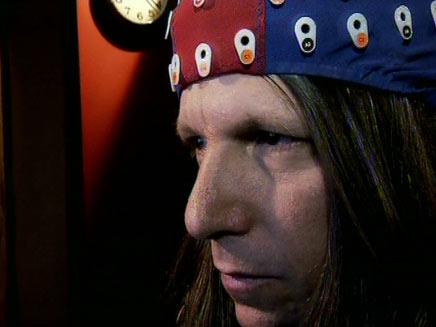 לוקאץ עם מכשיר ה-EEG למדידת פעילות המוח (צילום: חדשות 2)