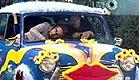 הדיירים יושבים בתוך מכונית מיני מיינור (תמונת AVI: האח הגדול)