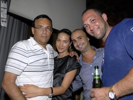 גומא אגייאר עם רוני מאנה וחברים בימים יפים יותר (צילום: מערכת ONE)