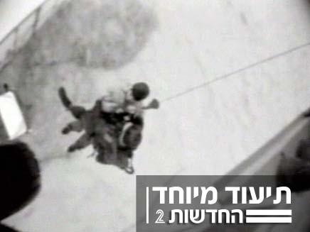 חילוץ של אנשים שנתקעו עם המשאית בשטפונות (צילום: חדשות 2)