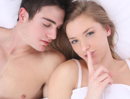 זוג במיטה 2 (צילום: istockphoto)