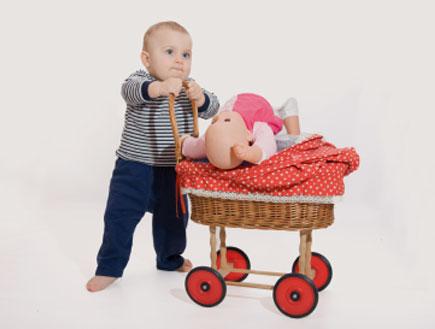ילד משחק בבובה - משחקי ילדים (צילום: istockphoto)