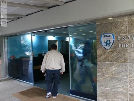 משרדי ההתאחדות. מסמכים הוחרמו (רועי גלדסטון) (צילום: מערכת ONE)