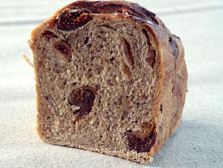 לחם אגוזים וצימוקים (צילום: מאפיית לחמים)