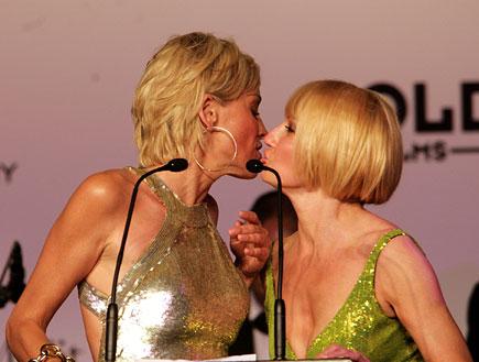 שרון סטון ואלן ברקין מתנשקות (צילום: Dave Hogan, GettyImages IL)