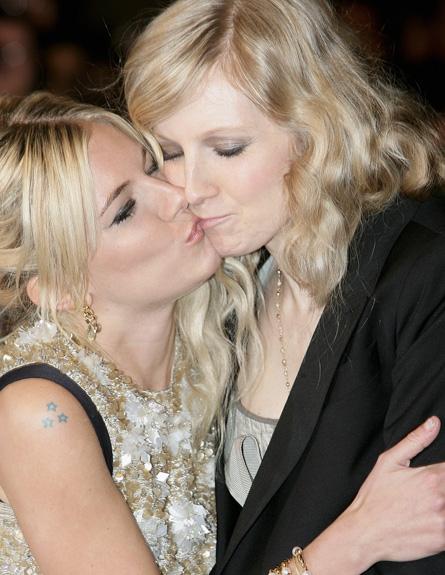 סיינה מילר ואחותה מתנשקות (צילום: Dave Hogan, GettyImages IL)