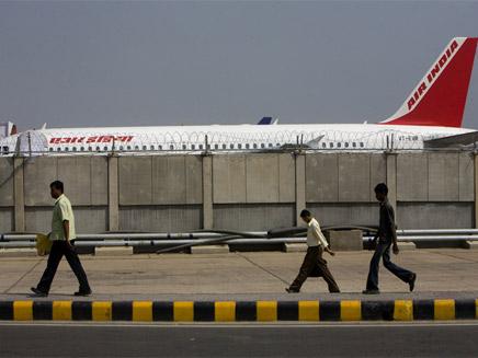 כוננות גבוהה בנמל התעופה של הודו (צילום: איי - פי)