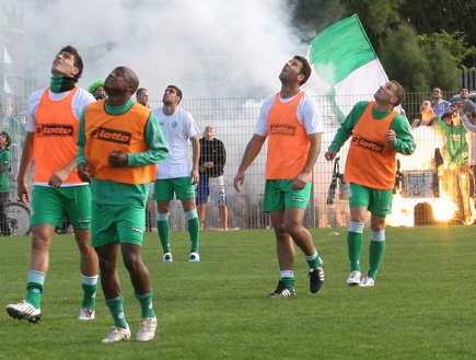 שחקני מכבי חיפה על רקע האבוקות (עמית מצפה) (צילום: מערכת ONE)