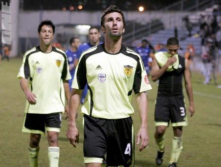אריק בנאדו ועידן טל מאוכזבים בסיום המשחק (שי לוי) (צילום: מערכת ONE)