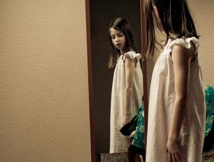 ילדה מסתכלת במראה