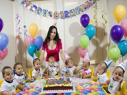 שלגיה ושמונת הילדים (צילום: הסאן)
