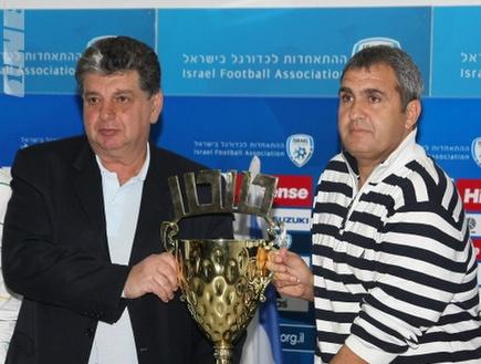 יצחק שום ואלי כהן עם גביע הטוטו (דרור עינב) (צילום: מערכת ONE)