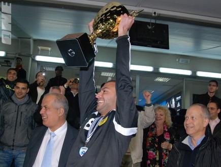 אבירם ברוכיאן מניף את גביע הטוטו (שי לוי) (צילום: מערכת ONE)