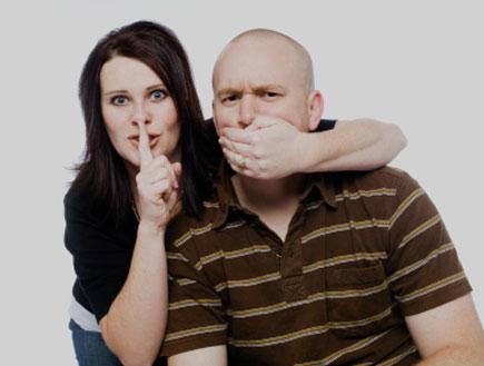 סותמת לו את הפה (צילום: istockphoto)