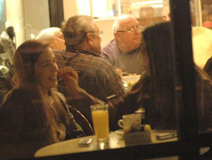 תמרה ומעיין שם טוב בבית קפה, האח הגדול 2 (צילום: ברק פכטר)