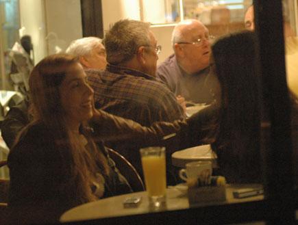 תמרה ומעיין שם טוב בבית קפה, האח הגדול 3 (צילום: ברק פכטר)