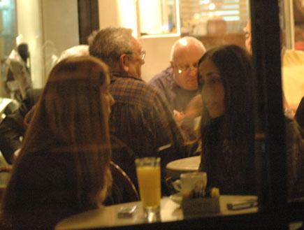 תמרה ומעיין שם טוב בבית קפה, האח הגדול 5 (צילום: ברק פכטר)