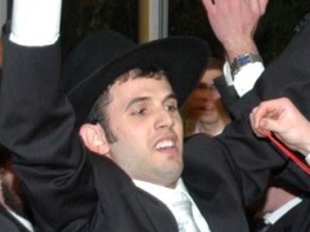 """החתן רוקד רגעים לפני מות אביו (צילום: """"כיכר השבת"""")"""