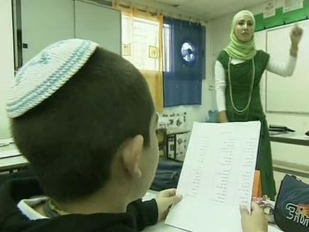 מורה ערביה בבית ספר יהודי (צילום: חדשות 2)