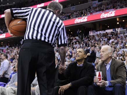 ברק אובמה במשחק כדורסל (צילום: AP)