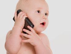 תינוק מדבר באייפון (צילום: Viatcheslav Dusaleev, Istock)