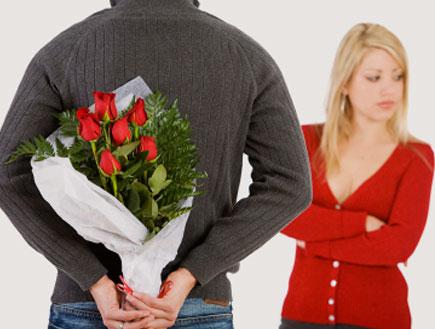 מביא לה פרחים (צילום: istockphoto)
