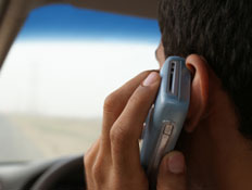 מדבר בטלפון בזמן נהיגה (צילום: istockphoto)