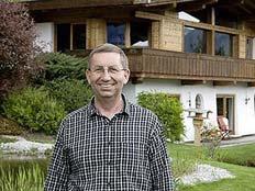 רבידר על רקע ביתו לשעבר (צילום: טלגרף)