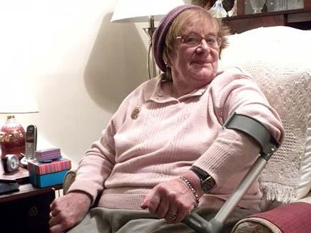 בת 77 נזרקה מפאב בגלל הכובע שלה (צילום: דיילי מייל)