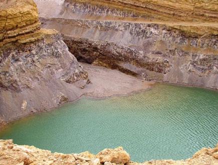 מים בבור במכתש רמון (יח``צ: הקרן לשיקום מחצבות)