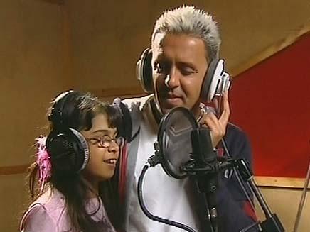 קובי פרץ וילדה לקויית ראיה (צילום: חדשות 2)