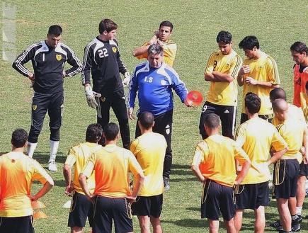 יצחק שום מדבר עם השחקנים באימון היום (גיא בן זיו) (צילום: מערכת ONE)