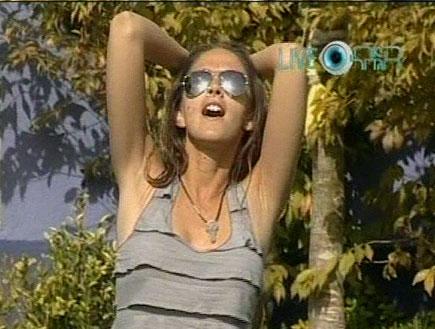 איילה רשף שרה בחצר