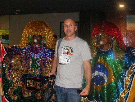 גל יחד עם ברזילאים בתלבושות (צילום: רוני דלומי)